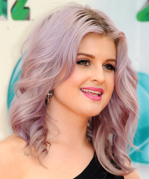 Kelly foi de lilás! Fonte: http://www.thehairstyler.com/hairstyles/casual/medium/straight/Kelly-Osbourne-casual-medium-hairstyle#try-on